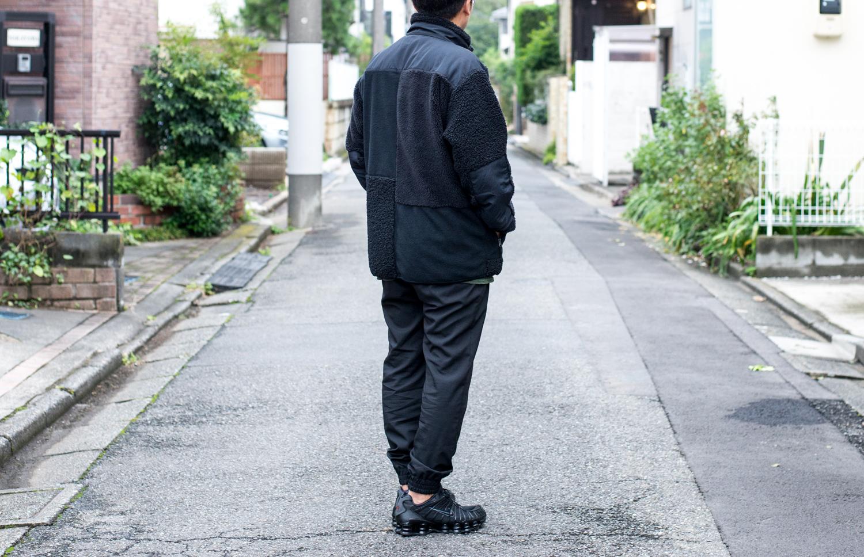 「ユニクロ エンジニアドガーメンツ」フリースコンビネーションジャケットの後ろ姿